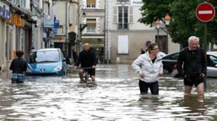 Des passants dans les rues inondées de Nemours, près du Loiret (Centre-Val de Loire).