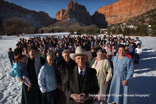 """Photo de famille : Joe Jesssop, 88 ans, avec ses 5 femmes, 46 enfants et 239 petits-enfants. Joe a fondé sa """"famille céleste"""" ici, à Hildale, dans l'Utah. """"J'ai eu une vie bénie, dit-il. Je ne l'échangerais pour rien au monde."""""""