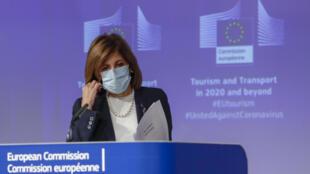 La comisaria europea de Salud, Stella Kyriakides, se quita la mascarilla para explicar ante la prensa la estrategia de turismo y transporte el 13 de mayo de 2020 en Bruselas
