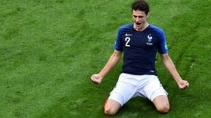 مدافع فرنسا بنجامان بافار يحتفل بتسجيله هدف التعادل في مرمى الأرجنتين في ثمن نهائي مونديال روسيا في قازان في 30 حزيران/يونيو 2018