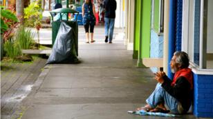 Un sans-abri sur un trottoir de la ville d'Hilo dans l'état d'Hawaï.