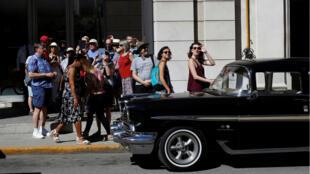 Turistas caminando en La Habana.