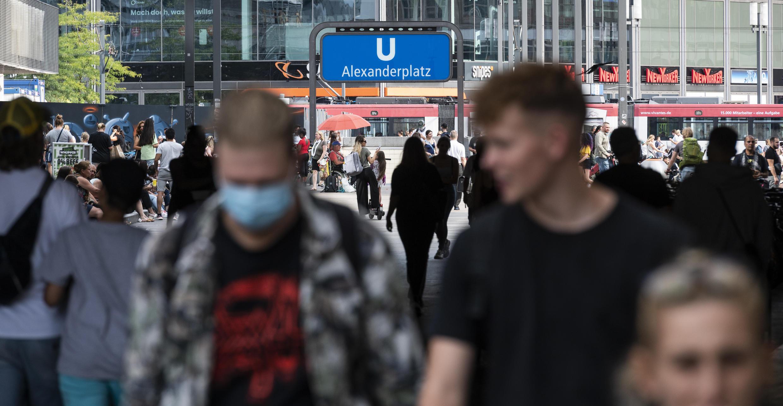 L'Allemagne a classé pratiquement toute l'Espagne et une partie des Balkans comme zones à risque. Ici, des passants sur l'Alexanderplatz à Berlin, le 14 août 2020.