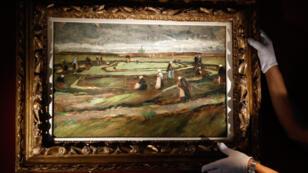 """Tableau intitulé """"Raccomodeuses de filets dans les dunes"""", peint par Vincent Van Gogh en 1882."""