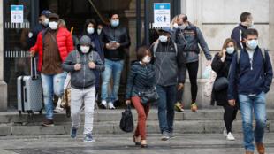 مسافرون أمام محطة قطار في باريس