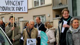 Concentración a favor de continuar asistiendo artificialmente a Vincent Lambert, fuera del hospital Sebastopol de Reims. 19 de mayo de 2019.
