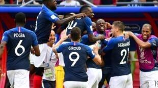 فرحة اللاعبين الفرنسيين بفوزهم على الأرجنتين وتأهلهم لربع النهائي. 2018/06/30