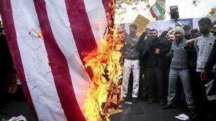 إيرانيون يحرقون علم الولايات المتحدة في طهران في 4 نوفمبر/تشرين الثاني 2018.