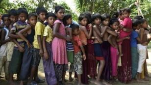 أطفال من الروهينغا يصطفون بانتظار المعاينة الطبية في أحد المخيمات في المنطقة الفاصلة بين بورما وبنغلادش، 17 أيلول/سبتمبر 2017
