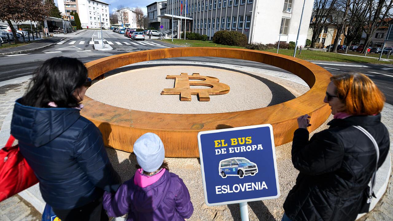 Personas observando el primer 'monumento Blockchain' del mundo, donde aparece el símbolo de la criptomoneda Bitcoin, en el centro de la ciudad de Kranj, Eslovenia, el 14 de marzo de 2018.
