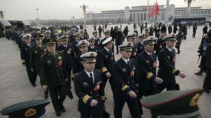 La délégation militaire chinoise lors de son arrivée pour la session plenière du Parlement.