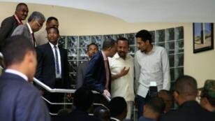 رئيس الوزراء الإثيوبي آبي أحمد (الثاني من اليمين) أثناء لقائه ممثلين من تحالف الحرية والتغيير في السفارة الاثيوبية في الخرطوم في 7 حزيران/يونيو 2019.