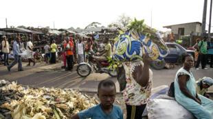Une scène de rue à Kinshasa.