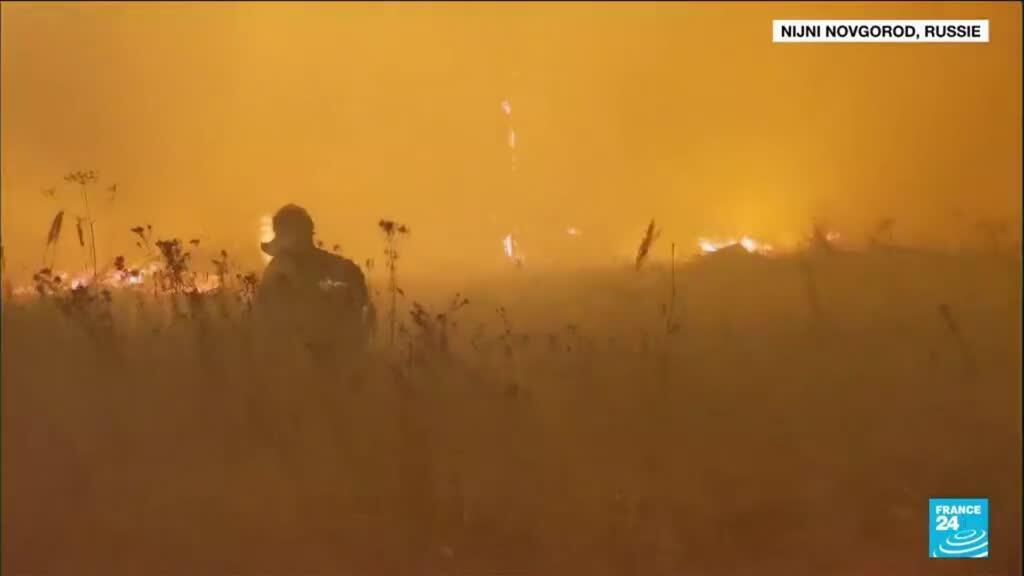 2021-08-26 14:15 Incendies en Russie : des pompiers secourus après avoir été pris au piège par les flammes