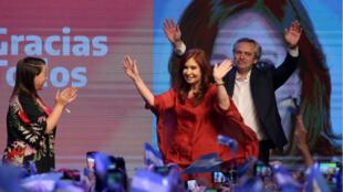 El presidente electo, Alberto Fernández y su fórmula vicepresidencial, Cristina Fernández de Kirchner, celebran después de los resultados electorales en Buenos Aires, Argentina, el 27 de octubre de 2019.