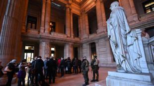 Des soldats dans le palais de justice de Bruxelles le 18 décembre 2017, alors qu'une nouvelle date de procès était fixée pour Salah Abdeslam.