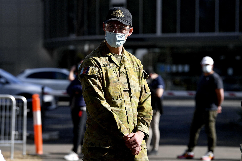 Environ 1 000 membres des forces de défense aident la police à appliquer les restrictions, alors que les résidents fatigués enfreignent de plus en plus les règles