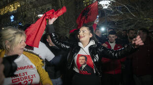 Des partisans du parti réformiste de gauche d'Albin Kurti célèbrent la victoire dans les rues de Pristina, le 14 février 2021.