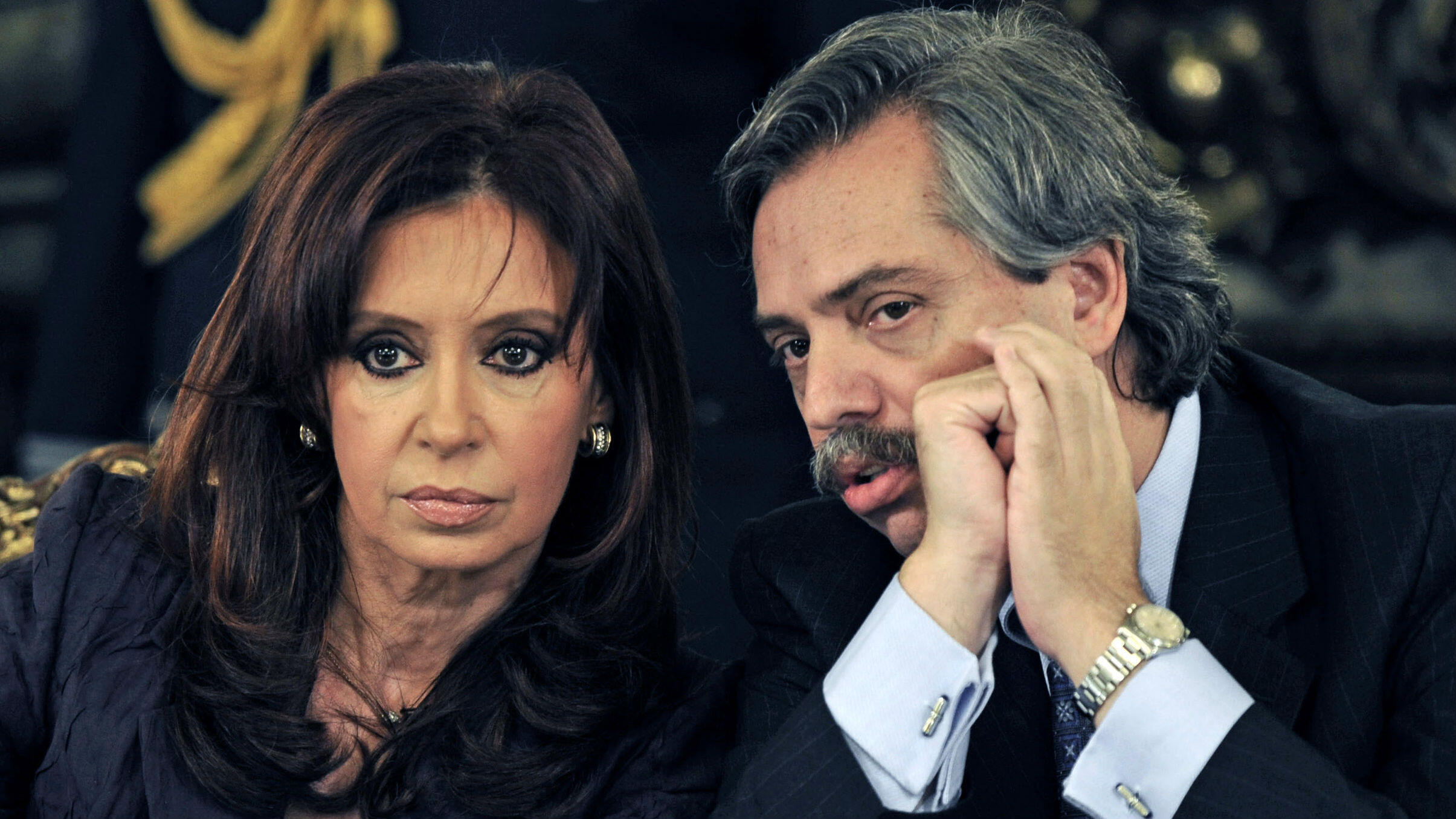 La expresidenta argentina, Cristina Fernández de Kirchner (izquierda) escucha al entonces jefe de gabinete Alberto Fernández, antes de hablar sobre la huelga agrícola en Buenos Aires. El 31 de marzo de 2008.