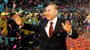 El presidente de Kazajistán, Nursultán Nazarbayev, saluda a sus partidarios después de su victoria en las elecciones presidenciales en Astana, Kazajstán, el 5 de diciembre de 2005.