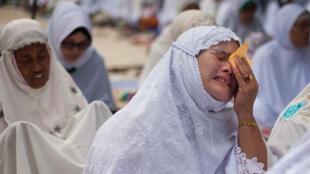 Une habitante de Banda Aceh, en Indonésie, pleure la mémoire d'un proche, disparu dans le tsnuami du 276 décembre 2004.