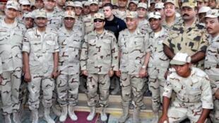 الرئيس السيسي يتفقد القوات المصرية في سيناء بعد هجمات دامية شنها جهاديون 4 يوليو 2015