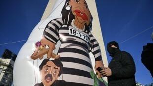 Una muñeca inflable que representa a la vicepresidenta de Argentina, Cristina Fernández de Kirchner, con traje de preso y una marioneta del presidente Alberto Fernández, durante una protesta contra las políticas de salud dentro de las estrictas medidas de confinamiento contra el covid-19, en Buenos Aires, Argentina, el 9 de julio de 2020.