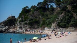 شاطئ يوريت دي مار الإسباني يستعيد نشاطاته بعد إغلاق طويل منعا لتفشي فيروس كورونا، في 22 يونيو/حزيران 2020