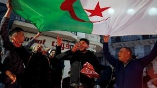 أجواء من الفرح سادت الشوارع الجزائرية عقب إعلان بوتفليقة سحب ترشحه