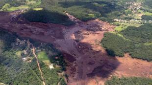 Imagen publicada por el Departamento de Bomberos de Minas Gerais que muestra una vista aérea tomada después del colapso de una represa, que pertenecía a la gigante minera brasileña Vale, cerca de la ciudad de Brumadinho en el sureste de Brasil, el 25 de enero de 2019.