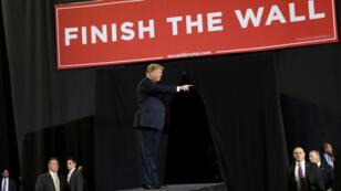 Elel presidente de Estados Unidos, Donald Trump, hace un gesto durante un mitin en el Coliseum del Condado de El Paso en El Paso, Texas, EE. UU., el 11 de febrero de 2019.