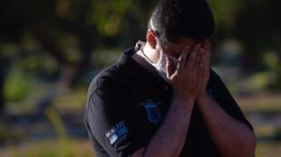 Un hombre asiste al funeral de su madre, quien murió por Covid-19, en Brasilia, Brasil.