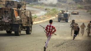 Heurts entre forces loyales au président yéménite et forces houthies, le 21 mars 2016 à Taez, au Yémen.