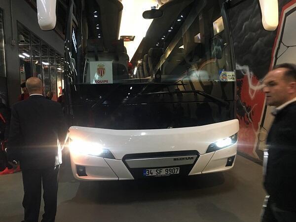 """وصول حافلة فريق موناكو لملعب نادي بشكتاش، """"فودافون بارك"""""""
