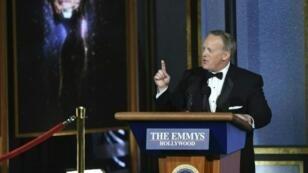 المتحدث السابق باسم البيت الأبيض شون سبايسر متحدثا خلال حفل توزيع جوائز إيمي التلفزيونية الـ69 في مسرح مايكروسوفت في لوس أنجلس في 17 أيلول/سبتمبر 2017