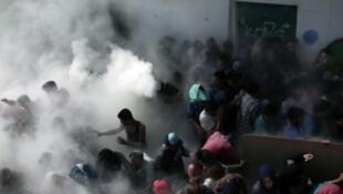 الشرطة اليونانية تفرق مئات المهاجرين في ملعب رياضي على جزيرة كوس اليونانية