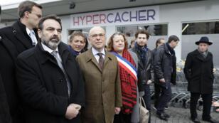Le ministre de l'Intérieur Bernard Cazeneuve a assisté à l'ouverture du la supérette.