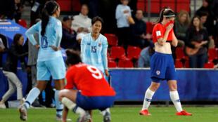 Las jugadoras de Chile se lamentan luego del triunfo 2-0 ante Tailandia que no les alcanzó para clasificar a octavos de final, en Rennes, el 20 de junio de 2019.