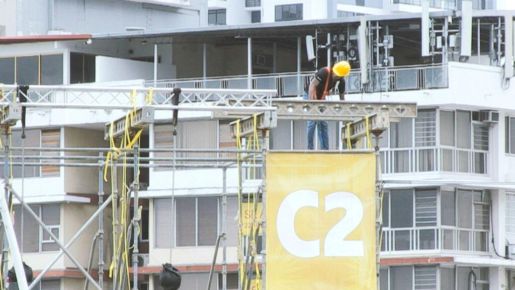 Un operario desmonta una de las tarimas instaladas para la visita del papa Francisco a Panamá. 26 de enero de 2019.