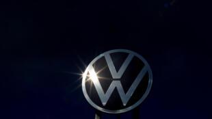 El logotipo de Volkswagen en la sede central del gigante automovilístico, el 28 de febrero de 2020 en la ciudad alemana de Wolfsburgo