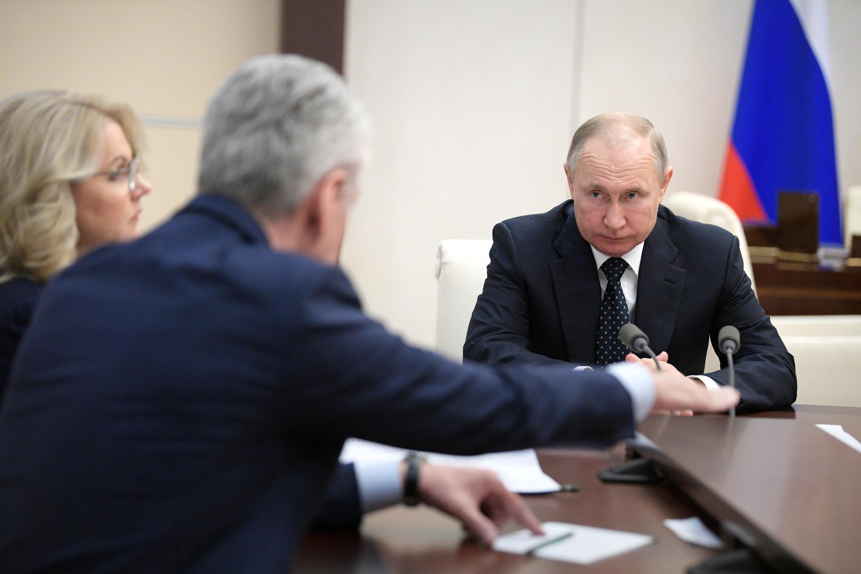 الرئيس الروسي فلاديمير بوتين خلال اجتماع حول أزمة فيروس كورونا. 24 مارس/آذار 2020.