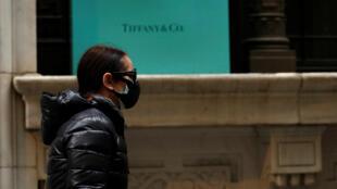 رجل يرتدي كمامة صحية في نيويورك - 20/03/2020