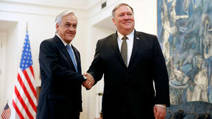 El secretario de Estado de Estados Unidos, Mike Pompeo, saluda al presidente de Chile, Sebastián Piñera, en el palacio presidencial de La Moneda, en Santiago, Chile, el 12 de abril de 2019.