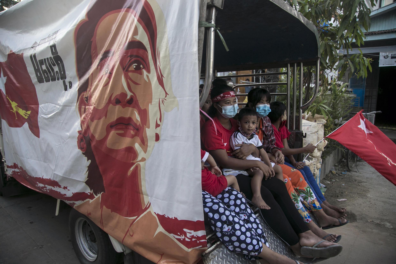 La Liga Nacional para la Democracia (LND) gobernante de Myanmar ganó 346 escaños en las elecciones de noviembre, pero la oposición denunció irregularidades.