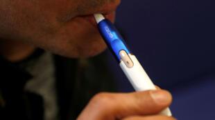 Un hombre usa un cigarrillo electrónico en una tienda en Londres, Gran Bretaña, el 25 de enero de 2018