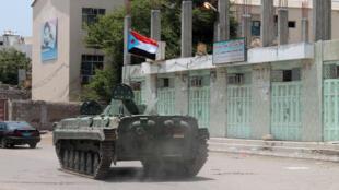 Un tank portant le drapeau du mouvement séparatiste du sud du Yémen à Aden, en proie aux combats entre les rebelles Houthis et les fidèles au président Abd Rabbo Mansour Hadi.