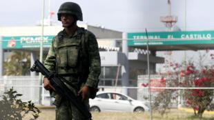 Un soldado hace guardia frente a un centro de almacenamiento y distribución de Pemex en El Salto, estado de Jalisco, como parte de las medidas tomadas por el presidente mexicano, Manuel López Obrador, contra el robo de combustible, el 7 de enero de 2019.