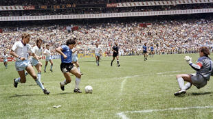 Diego Maradona (c) inscrit un but d'anthologie contre l'Angleterre en quart de finale du Mondial au Mexique, le 22 juin 1986 à Mexico