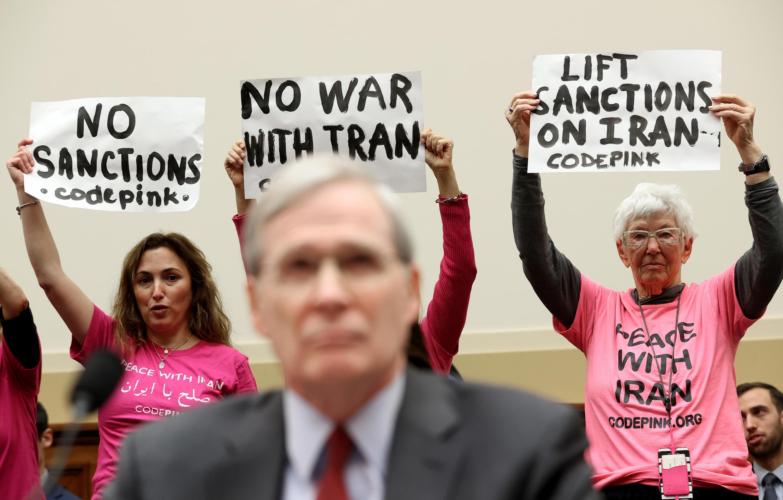 Los miembros de Code Pink protestan cuando el ex asesor de seguridad nacional, Stephen Hadley, testifica ante el comité sobre el tema De las sanciones a la huelga de Soleimani a la escalada: evaluación de la política de la administración de Irán. 14 de enero en Washington D.C.