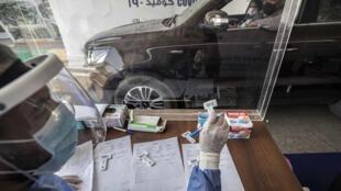 Un conductor acude a un centro de pruebas de COVID-19 instalado en la Universidad Ain Shams de El Cairo el 29 de junio de 2020